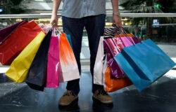 """Decreto """"Riaperture"""": dal 18 maggio si potrà uscire a fare shopping, andare al bar e al ristorante."""